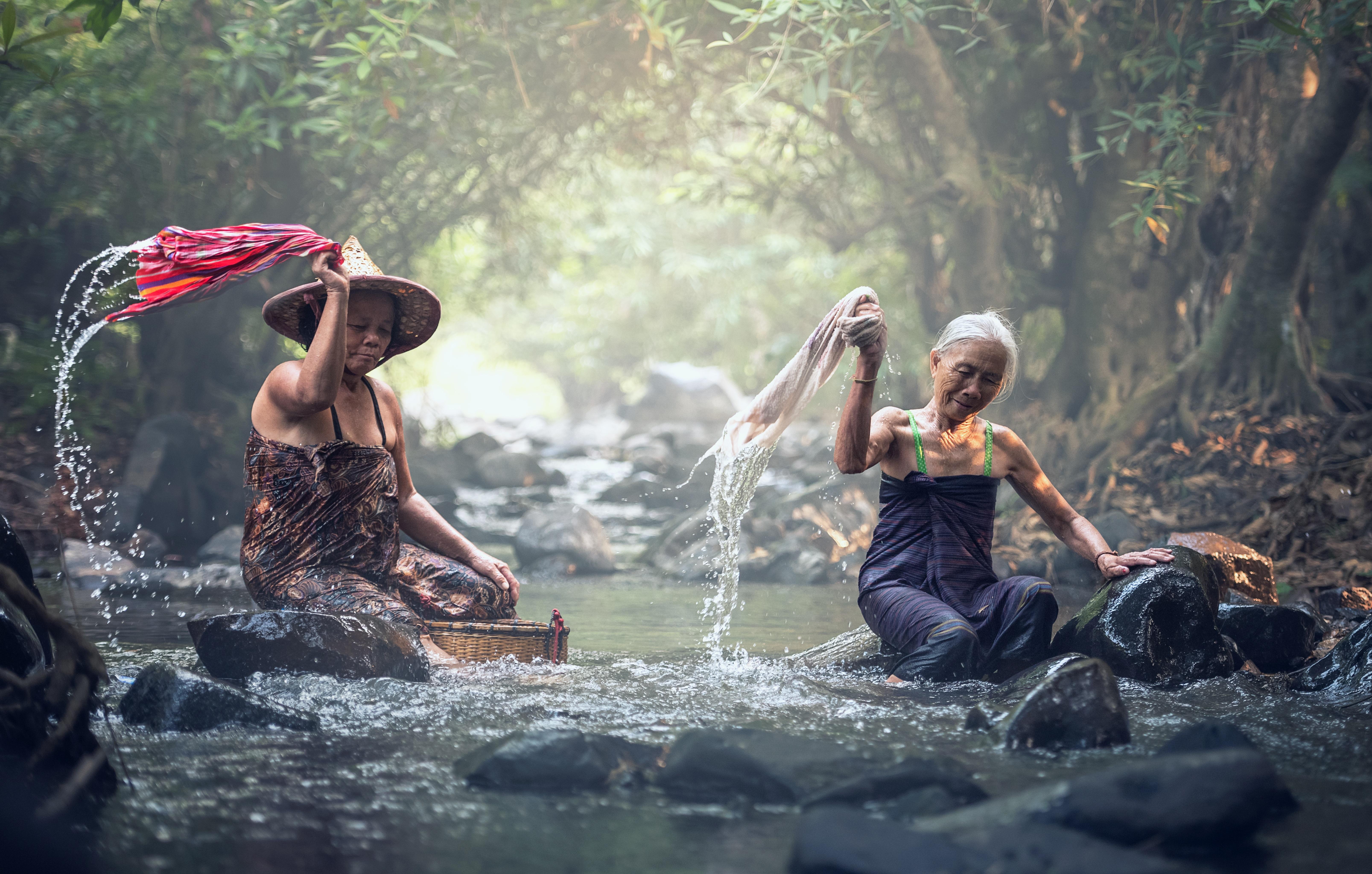Vanad Kreeka naised käsitsi pesu pesemas